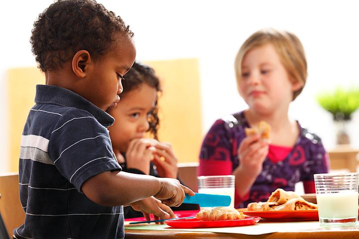 Kids Eating Together | www.canolarecipes.ca