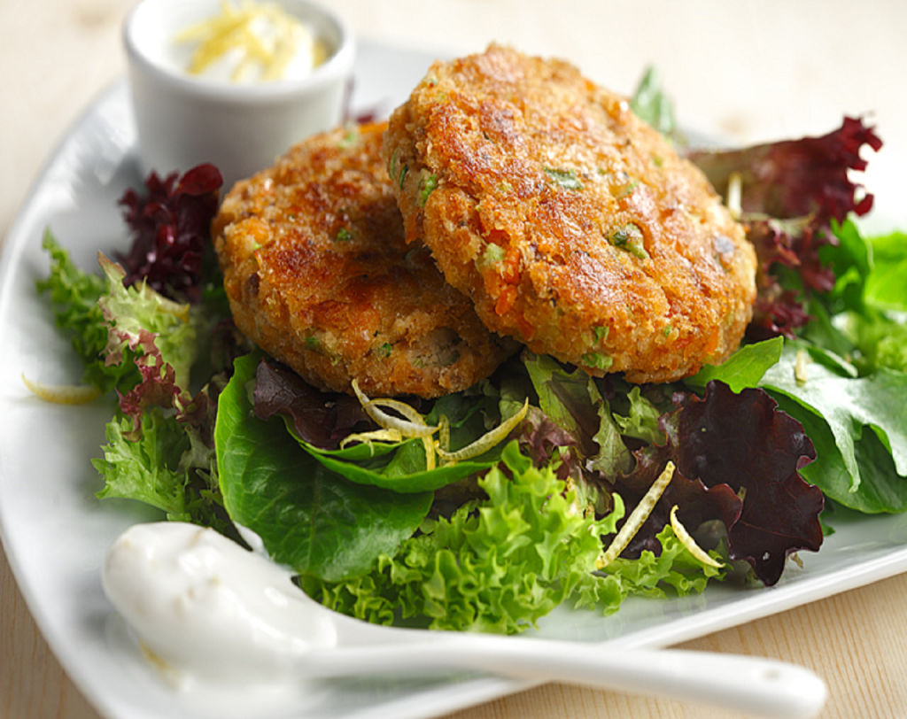 salmon cakes with lemon yogurt sauce these flaky salmon fish cakes are ...
