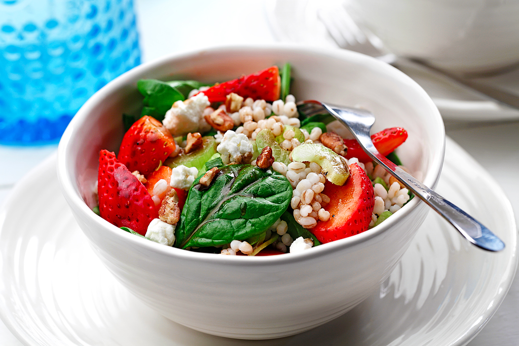 Barley Salad with Spinach and Strawberries|www.canolaeatwell.com