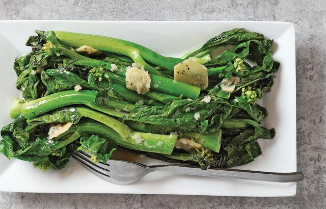Stir-Fried Gai Lan / Chinese Broccoli (炒芥蘭)